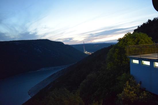 Plomin, Kroasia: Abendstimmung in Richtung Kraftwerk