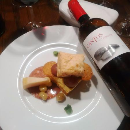 Leenane, Irlanda: A wonderful Wine with Cheese plate delicatessen !!