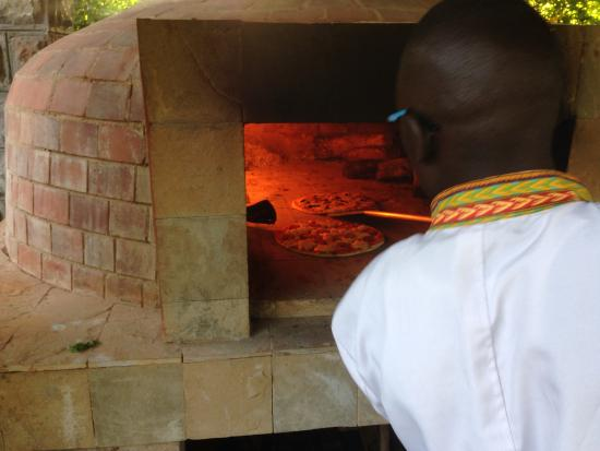Amani Gardens Inn: Wood fire Brick Pizza Oven