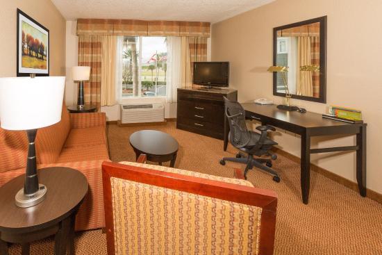 Hilton Garden Inn Daytona Beach Airport : Junior Suite Living Area