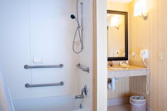 Perfect Hilton Garden Inn Hattiesburg: Accessible Bathroom