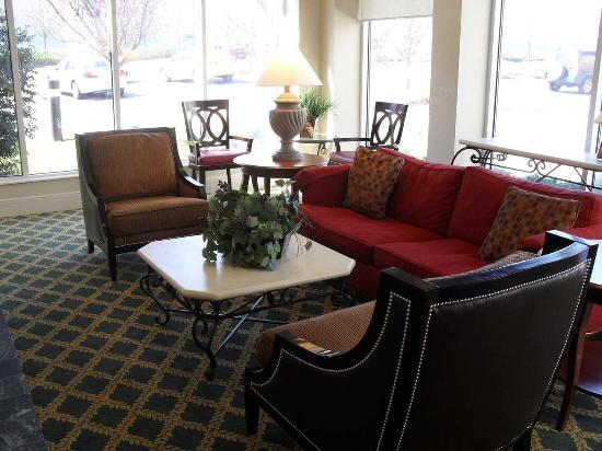 Hilton Garden Inn Westbury: Lobby Seating Area