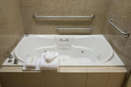 Hilton Garden Inn Laramie: King Suite Corner Whirlpool Tub