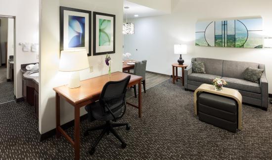 Agoura Hills, CA: King Studio Living Area