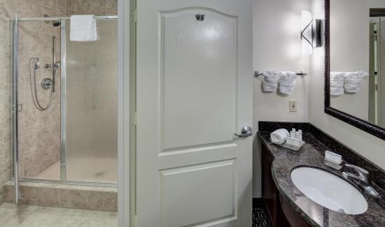 Agoura Hills, CA: King Studio Bathroom