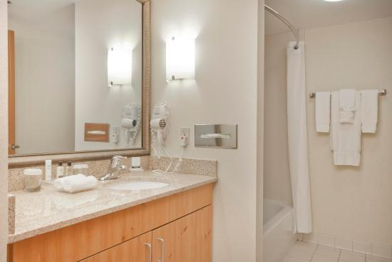 Homewood Suites by Hilton Boston-Peabody: Standard Bathroom