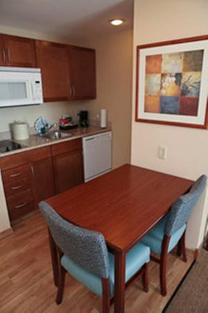 Orland Park, IL: King Suite Kitchen
