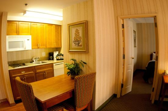 Lansdale, Pensilvanya: Suite Kitchen And Dining Area