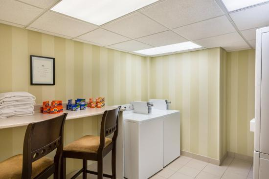 Homewood Suites by Hilton Cambridge-Waterloo, Ontario : Laundry Room