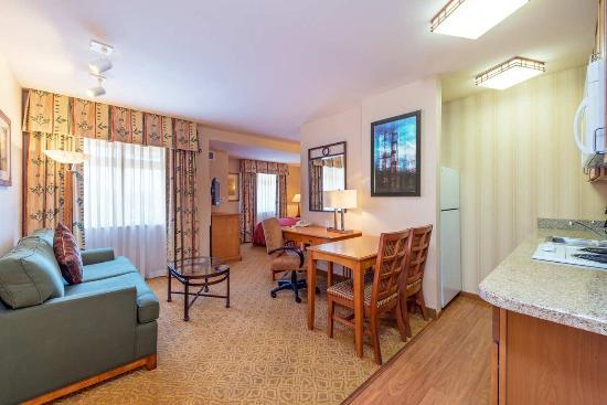 Brisbane, Kaliforniya: Queen Suite Living Area