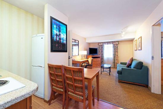 Brisbane, Kaliforniya: Twin Suite Living Area