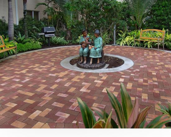 Homewood Suites by Hilton Palm Beach Gardens: Patio & BBQ Area