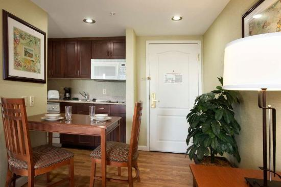Holyoke, MA: In-Suite Kitchen