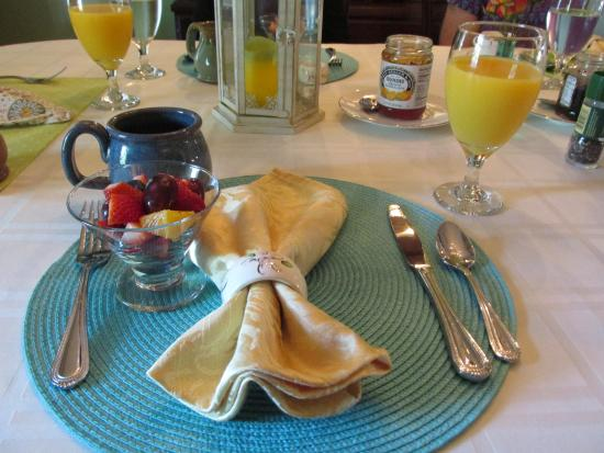 The Hibiscus House Bed & Breakfast: Breakfast always started with awesome coffee and fresh fruit.