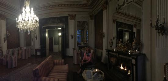 Die Swaene: cozy fire in the plush parlor