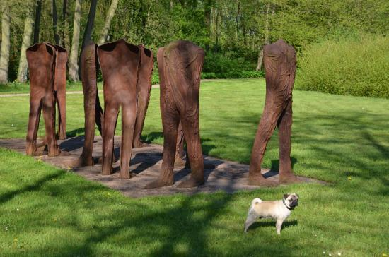 "Neumünster, Jerman: ""Walkers"" by Magdalena Abakanowicz (and pug)"