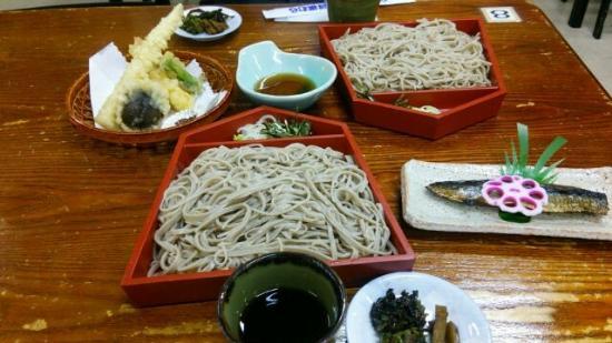 Tendo, Japón: 自分で打った蕎麦以外にも天ぷら、にしんがつけられる