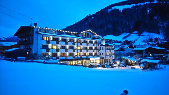 Hotel Tirolerhof: hotel at night