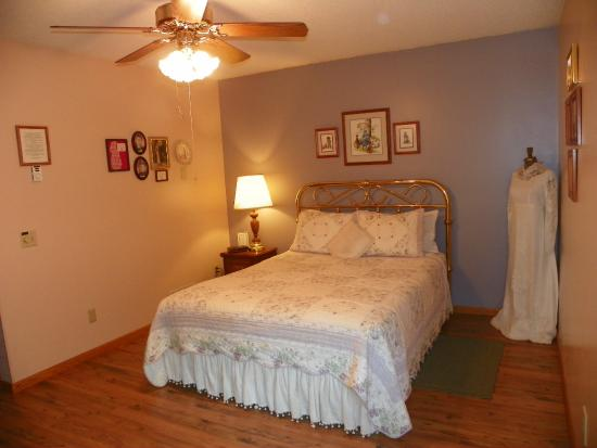 Pleasant Lake Bed and Breakfast: Julia's Room