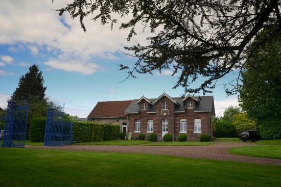 Le Chateau de Grand Rullecourt : out side cottage