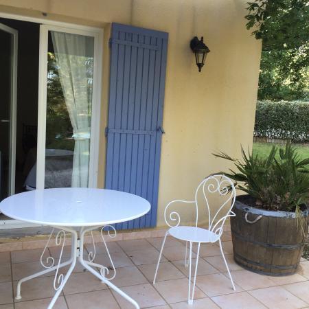 Le Clos des Cigales: Blick in das Zimmer, die  kleine Terrasse vor dem Zimmer, die Frühstücksterrasse