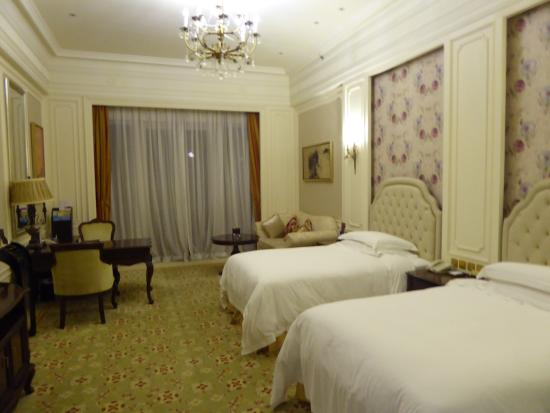 Dragon Lake Princess Hotel: Large, Large room with comfortable beds