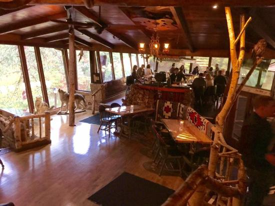 Lake Delton, WI: The horseshoe bar with a lovely view of the lake.
