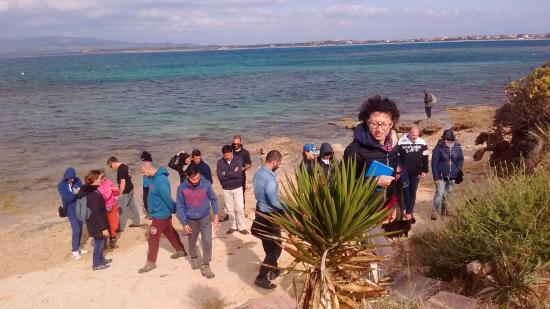 I Gatti di Su Pallosu: Visitatori sulla spiaggia dell'Oasi durante la visita guidata gratuita