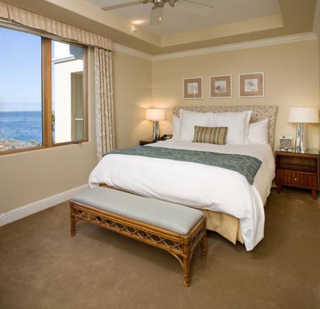 Dolphin Bay Resort & Spa: Ocean Front Suite Bedroom