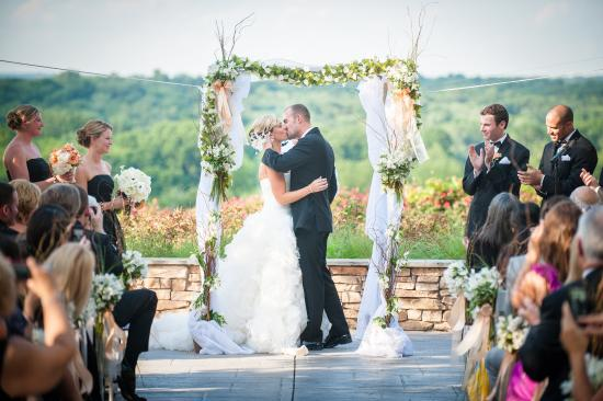 Leesburg, Wirginia: Lansdowne_Wedding_couples_Kissing_ceremony_terrace