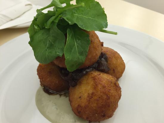 Amanzimtoti, Sydafrika: Butternut risoto balls with salad.