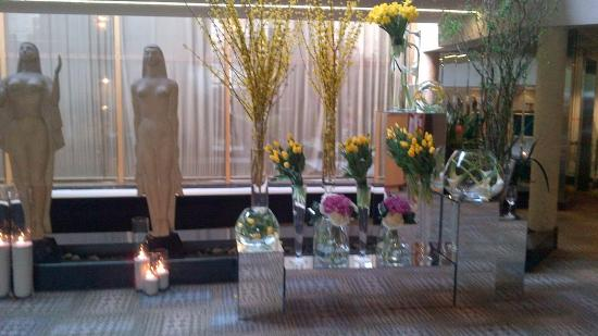 White Oaks Conference Resort & Spa: Lobby with fresh flowers