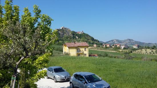 Il Casale Dell'Arte - Le Case Antiche: Vue de notre terasse sur le chateau-fort de Verruchio