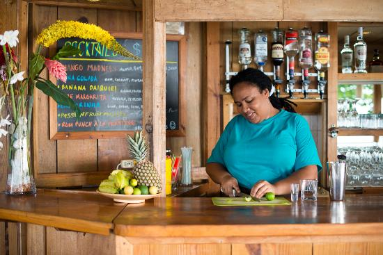 Castara, Tobago: Cocktail making at the bar