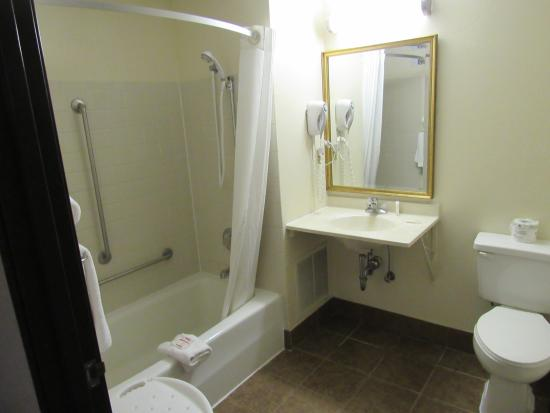 Super 8 Columbus: GUEST BATHROOM
