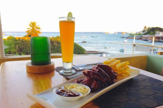 Pelikan View Restaurant: Vista al mar acompañada de una excelente comida