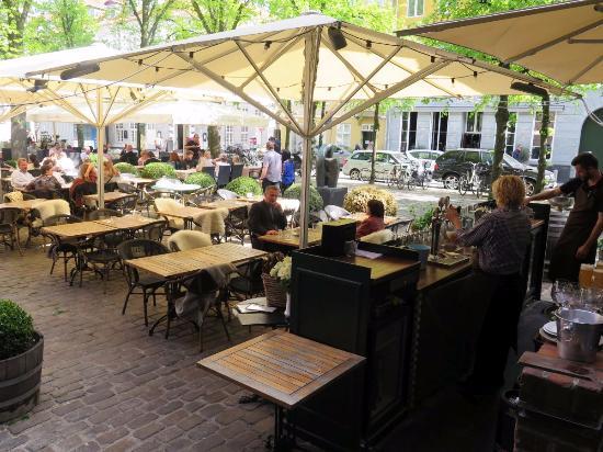 eine sehr sch ne terrasse gezapftes bier bild fr n restaurant maven k penhamn tripadvisor. Black Bedroom Furniture Sets. Home Design Ideas