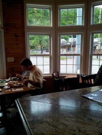 Berkeley Springs, WV: Seats at the bar face out the window to N. Washington and Union Streets.