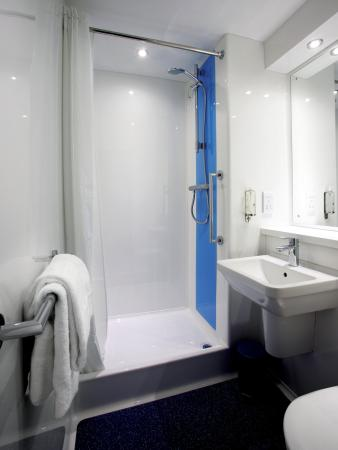 Travelodge Watford Central: Bathroom with Shower