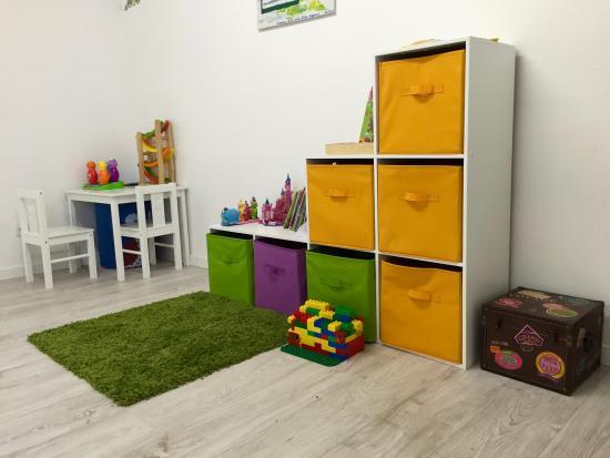 Irodouer, France : Jeux enfants salle famille