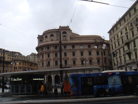 CIT Hotel Britannia : Остановка автобуса возле ж.д. вокзала находится в 150 м. от отеля рядом с памятником Х.Колумбу.