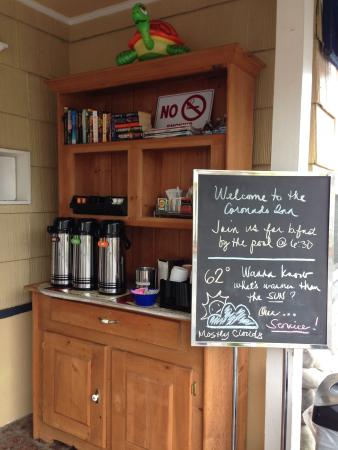 Coronado Inn: Complimentary coffee and books for guests