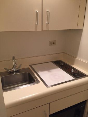 Hotel Plaza Athenee New York: Odd, old kitchenette