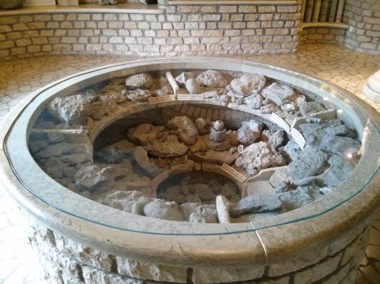 Saaremaa, إستونيا: Фрагменты метеорита из музея