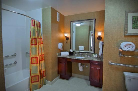 Homewood Suites by Hilton, Medford: Accessible Bathroom