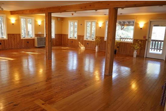 Rosendale, estado de Nueva York: Warmth, Grounding, and Opening in our Main Hall.