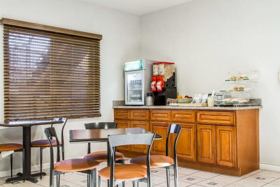 Quality Inn North: Breakfast Area
