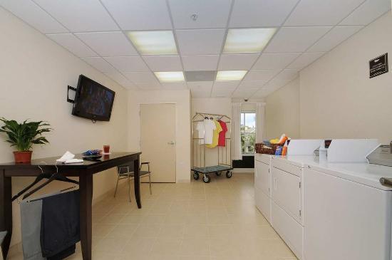 Port Richey, FL: Guest Laundry Area