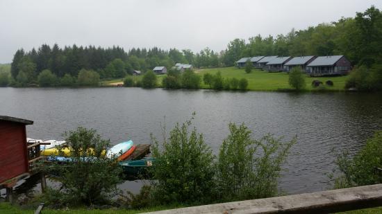Nontron, França: Vue de l'étang et des chalets