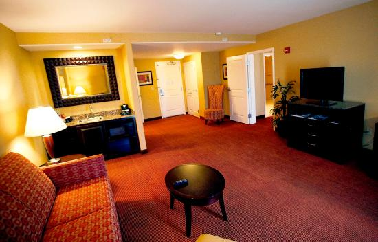 Fontana, CA: King Accessible Suite